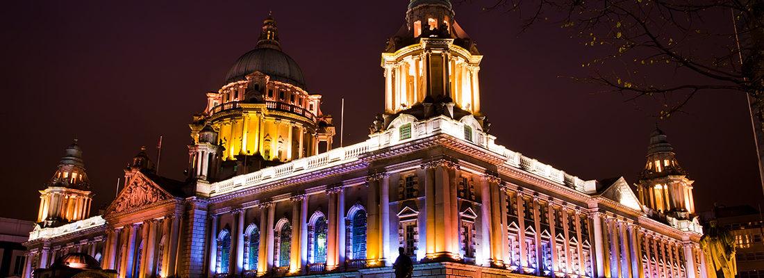 Irlanda del Norte. Su capital es Belfast, situada en la costa este de la isla.