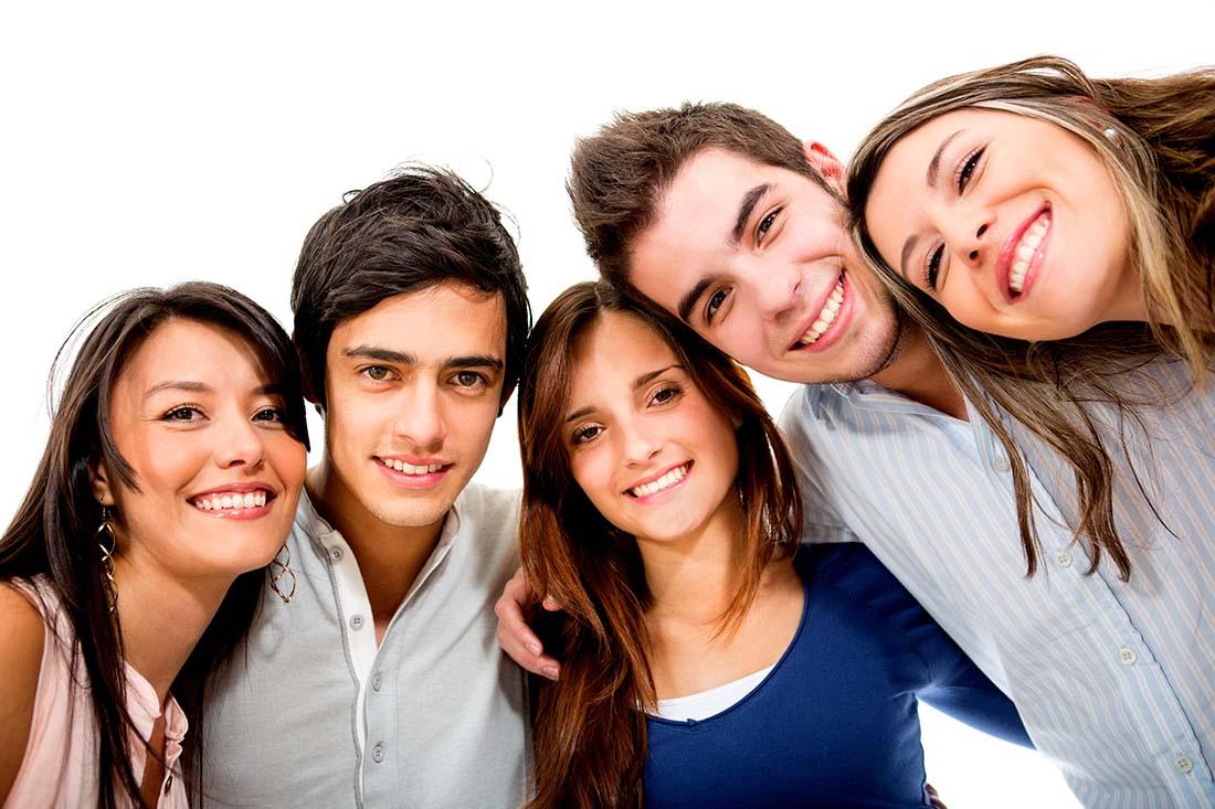 adolescente 4 felices en grupo
